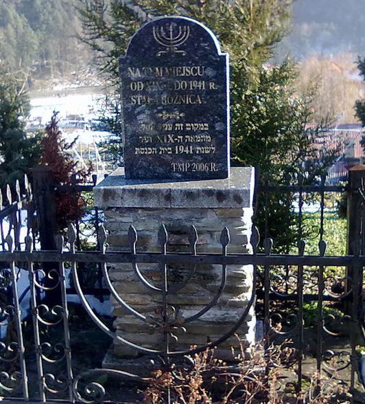 tablica pamiątkowa w miejscu zburzonej bożnicy